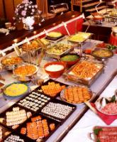 كيف أختار طريقة تقديم الطعام في حفل زفافي