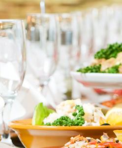 أطعمة تجنبي وجودها على مائدة عشاء الزفاف