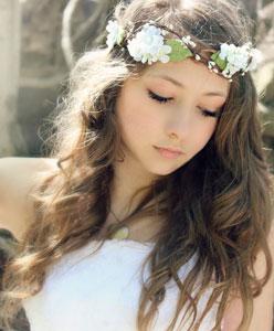 اختاري التسريحة المناسبة للازهار التي تزين شعرك