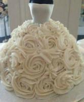 كعكة من الكاب كيك على شكل فستان الزفاف