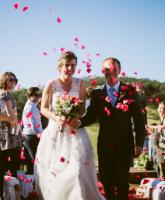 استقبال وتوديع العروسين ببتلات الزهور