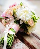 تعرفي على أنواع باقات أزهار العروس